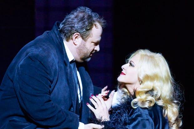 Gwyn Hughes Jones as des Grieux with Chiara Taigi as Manon