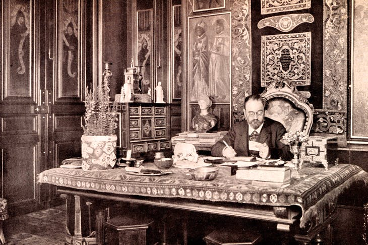 Where are the heirs of Zola? The writer photographed in his sumptuous study